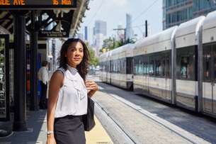 Businesswoman on train station platformの写真素材 [FYI03608704]