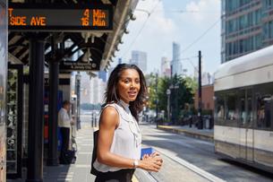 Businesswoman on train station platformの写真素材 [FYI03608705]