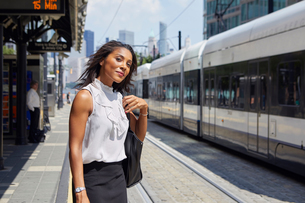 Businesswoman on train station platformの写真素材 [FYI03608707]