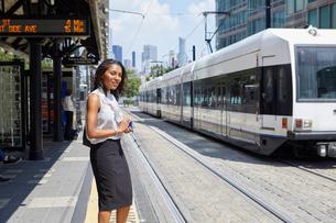 Businesswoman on train station platformの写真素材 [FYI03608708]