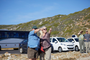 Tourists pointing into distance, Cape Town, Western Cape, South Africaの写真素材 [FYI03608809]