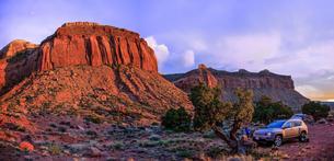 Man by off road vehicle, Indian Creek, Moab, Utah, USAの写真素材 [FYI03608842]