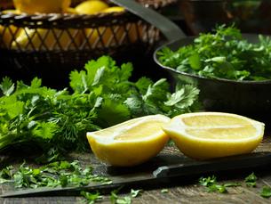 Lemon halves and chopped Parsleyの写真素材 [FYI03609261]
