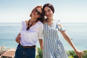 Friends on seaside terrace, Odessa, Ukraineの写真素材 [FYI03609433]