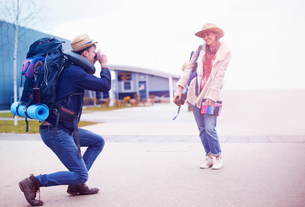 Backpacker couple taking photograph at airportの写真素材 [FYI03609633]