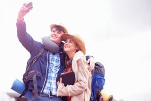 Backpacker couple taking selfieの写真素材 [FYI03609634]