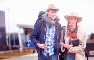 Backpacker couple at airportの写真素材 [FYI03609635]