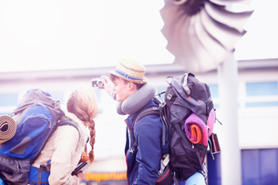 Backpacker couple taking selfie at airportの写真素材 [FYI03609637]