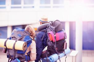 Backpacker couple entering airportの写真素材 [FYI03609638]