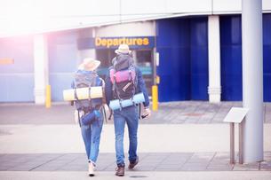 Backpacker couple entering airportの写真素材 [FYI03609639]