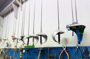 Fencing swords display in workshopの写真素材 [FYI03609892]
