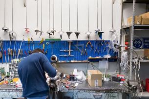 Fencing prop maker at workの写真素材 [FYI03609894]