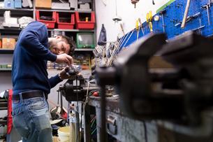 Fencing prop maker at workの写真素材 [FYI03609895]