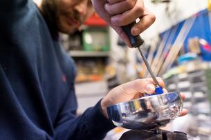 Fencing prop maker at workの写真素材 [FYI03609896]