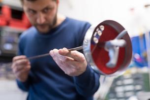 Fencing prop maker at workの写真素材 [FYI03609897]
