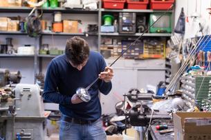Fencing prop maker at workの写真素材 [FYI03609898]