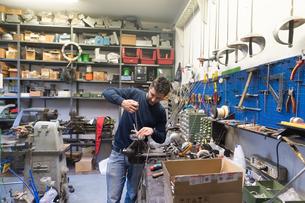 Fencing prop maker at workの写真素材 [FYI03609899]