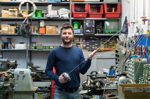 Fencing prop maker posing with fencing swordの写真素材 [FYI03609900]