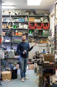 Fencing prop maker posing with fencing swordの写真素材 [FYI03609902]