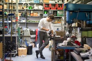 Man looking at work station in workshopの写真素材 [FYI03609905]