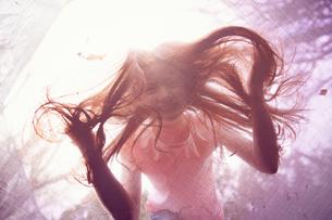 Girl peering through trampolineの写真素材 [FYI03609937]