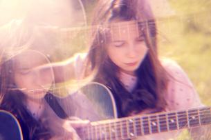 Girl playing guitarの写真素材 [FYI03609941]