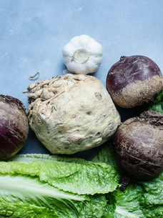 Celeriac, garlic, beetroot and romaine lettuceの写真素材 [FYI03610218]