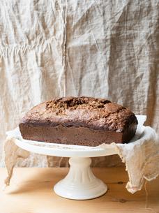 Freshly baked banana bread on cake standの写真素材 [FYI03610224]