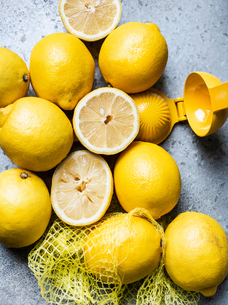 Lemons in grid with squeezerの写真素材 [FYI03610231]