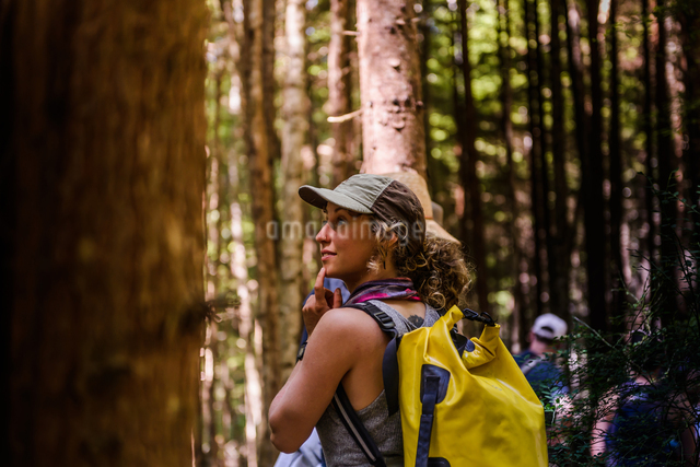 Friends hiking in forest, Johnstone Strait, Telegraph Cove, Canadaの写真素材 [FYI03610358]