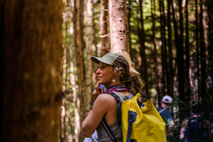 Friends hiking in forest, Johnstone Strait, Telegraph Cove, Canadaの写真素材 [FYI03610358]