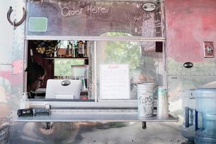 Service window of food truckの写真素材 [FYI03610704]