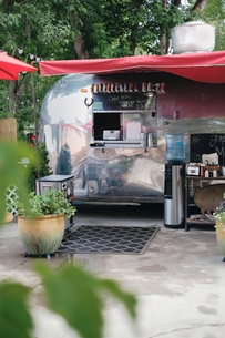 Vintage camper van food truckの写真素材 [FYI03610708]
