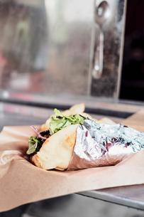Food served through window of food truckの写真素材 [FYI03610711]