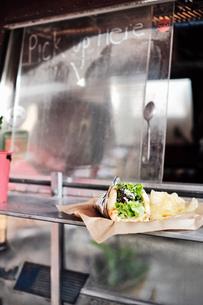 Food served through window of food truckの写真素材 [FYI03610716]