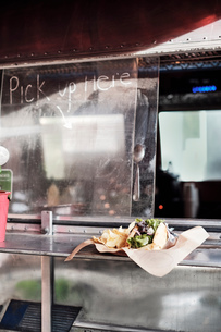 Food served through window of food truckの写真素材 [FYI03610721]