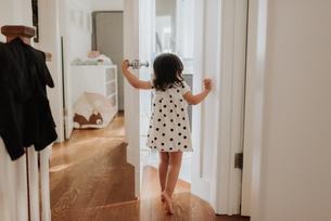 Curious girl opening doorの写真素材 [FYI03610762]
