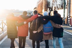 Friends on city break, Milan, Italyの写真素材 [FYI03610836]