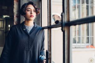 Woman standing by windowの写真素材 [FYI03610918]