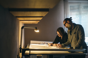 Couple working in home officeの写真素材 [FYI03610977]