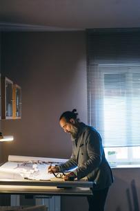 Man working in home officeの写真素材 [FYI03610989]