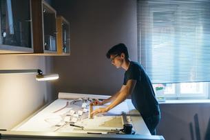 Man working in home officeの写真素材 [FYI03610990]