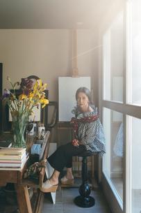 Woman working in her studioの写真素材 [FYI03611004]