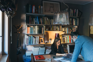 Couple working in home officeの写真素材 [FYI03611005]