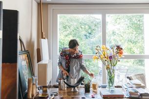 Woman working in her studioの写真素材 [FYI03611006]