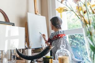 Woman working on designs in her studioの写真素材 [FYI03611007]