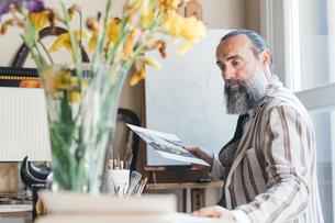 Man working in his studioの写真素材 [FYI03611008]