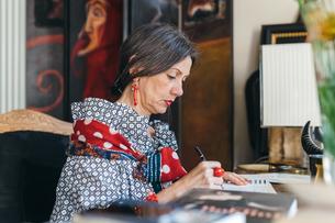 Woman working on designs in her studioの写真素材 [FYI03611009]
