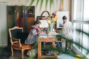Couple working in their studioの写真素材 [FYI03611010]