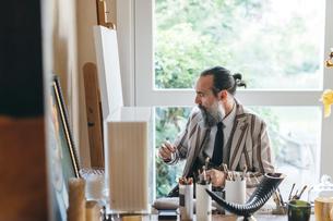 Man working in his studioの写真素材 [FYI03611015]